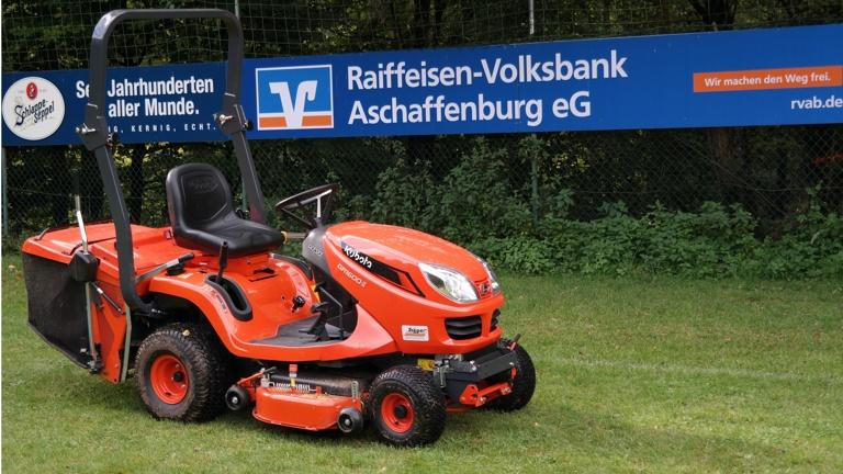 Neuer Rasenmäher für den SV Mensengesäß