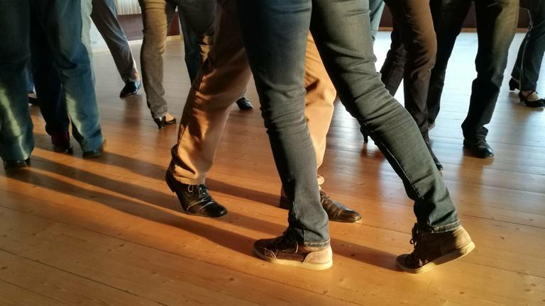 Von Kopf bis Fuß(boden) auf Tanzen eingestellt...