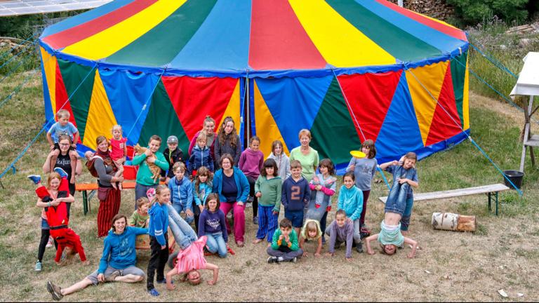 Ein buntes Zelt fürs Dorf