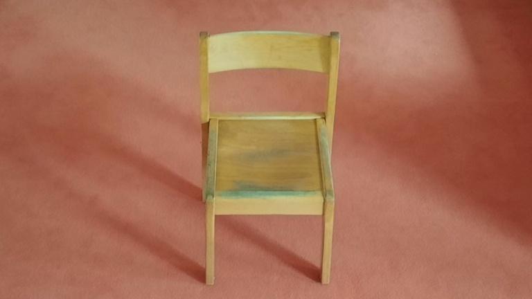 Volksbank: Neue Stühle und Tische für Kitakinder