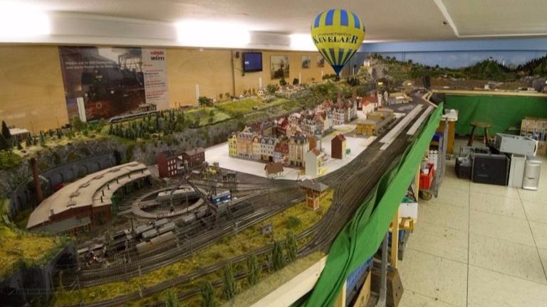 Fahrender Heißluftballon für die Modelleisenbahn
