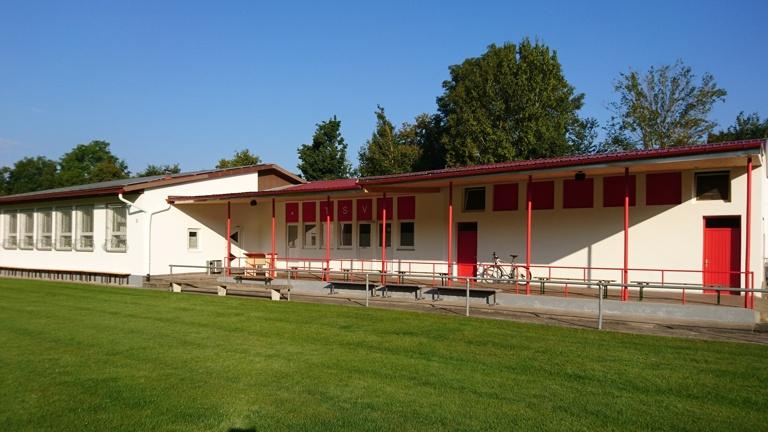 Umbau und Sanierung des alten Sportheimgebäudes sowie des Rasenplatzes