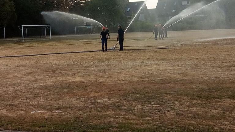 Wasser für den Erhalt des Trainingsrasens - SC Wacker Dinslaken