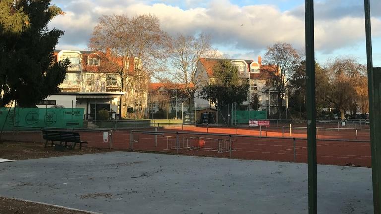 Ballfangzaun und Einfahrtstor für den Tennisclub