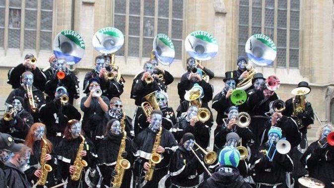 Neues Kostüm für die Guggenmusik  Seegumper