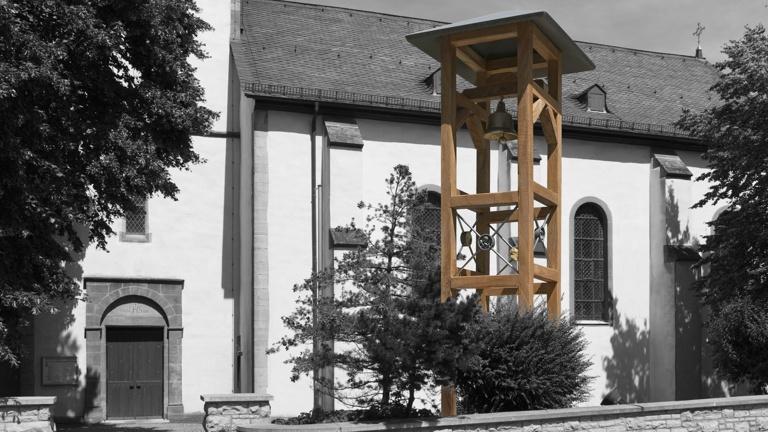 Glockenstuhl für historische Kirchenglocke