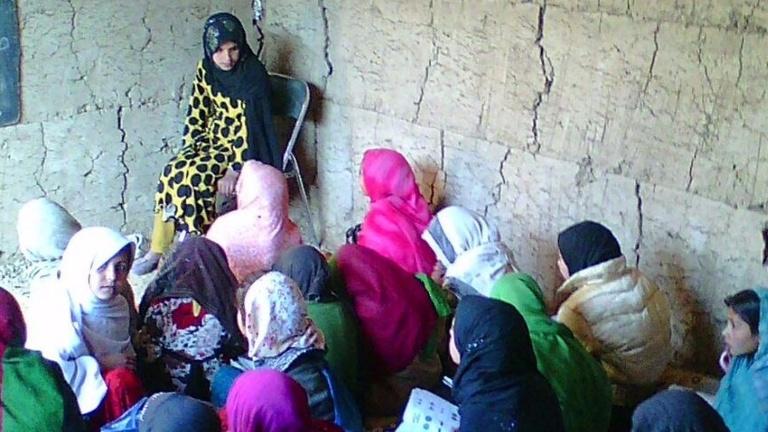 Tische und Bänke für Schulkinder in Afghanistan