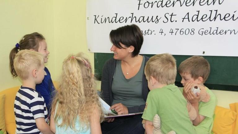 Vorlesespaß mit neuen Büchern im Kiga St. Adelheid